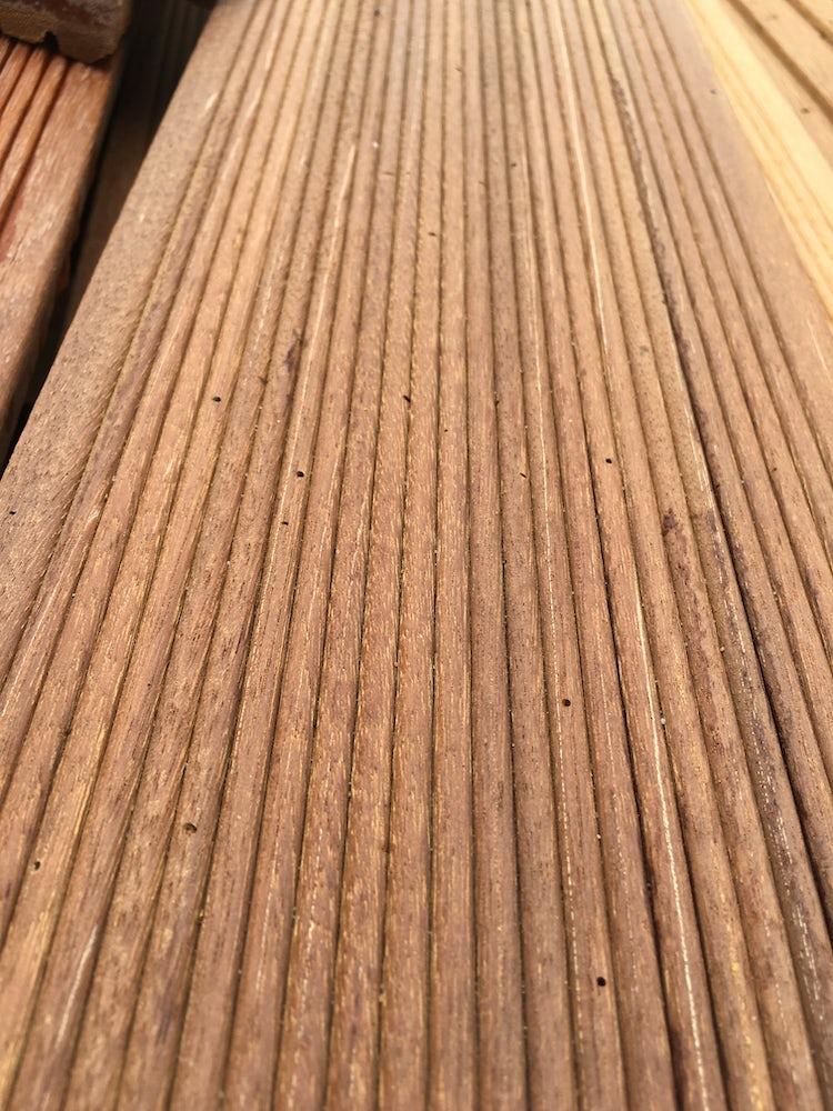 Pinholes in een vlonderplank