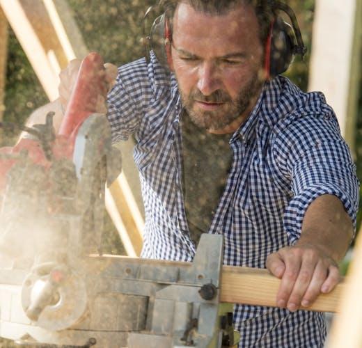 sfeer-basic-tuin- timmerhout man met cirkelzaag